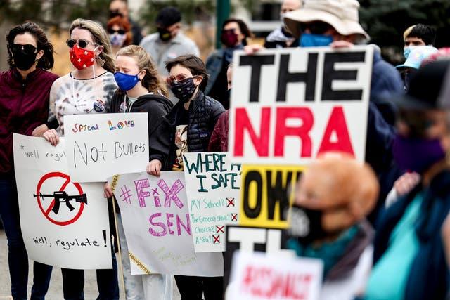 <p>La gente se toma de los brazos en un mitin de reforma de armas en el Capitolio del Estado de Colorado el 28 de marzo de 2021 en Denver, Colorado. Diez personas, incluido un oficial de policía, murieron en un tiroteo en una tienda de comestibles King Soopers en Boulder, Colorado, el lunes. </p>