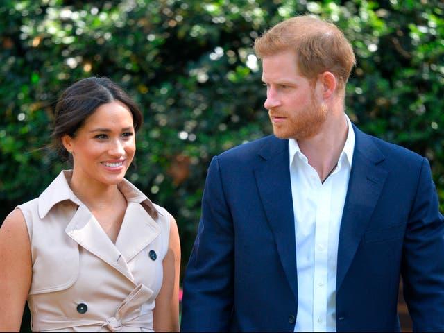El príncipe Harry y Meghan Markle de Gran Bretaña se presentan en la Recepción de Industrias Creativas y Empresas en la residencia del Alto Comisionado británico en Johannesburgo el 2 de octubre de 2019.