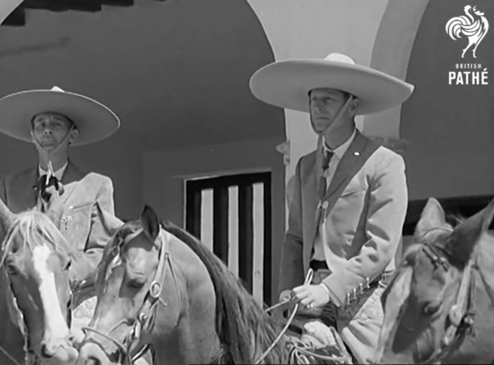<p>En 1964 el Príncipe Felipe realizó una visita en solitario al país azteca. Ahí disfrutó de una presentación especial de ballet folclórico, participó en un torneo de polo e incluso portó el traje de charro.</p>