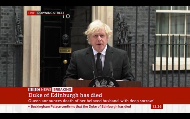 """<p>El primer ministro Boris Johnson ha rendido homenaje al duque de Edimburgo por su """"firme apoyo a Su Majestad la Reina... su fuerza y permanencia durante más de 70 años"""".</p>"""