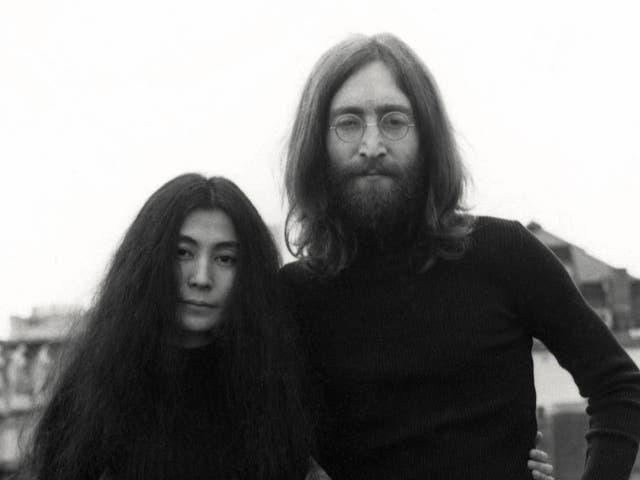Yoko Ono y John Lennon en París