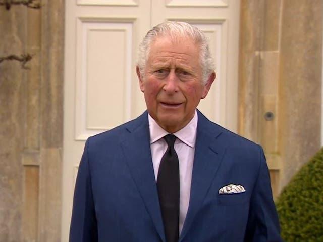 <p> Captura de video tomada de BBC News del Príncipe de Gales, hablando con los medios de comunicación en su casa de Gloucestershire, Highgrove, mientras rinde homenaje a su padre, el duque de Edimburgo. Fecha de emisión: sábado 10 de abril de 2021. </p>