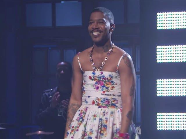 <p>Kid Cudi se ha ganado elogios después de realizar un set musical con un vestido floral en <em>Saturday Night Live</em></p>