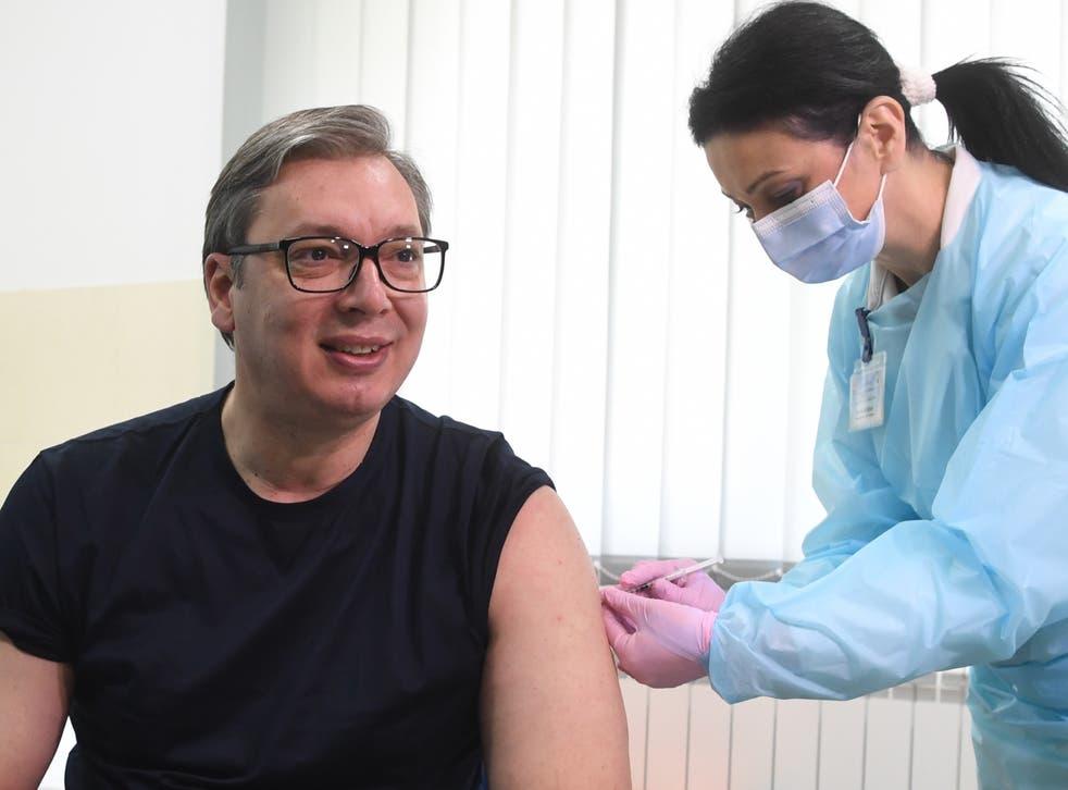 Tổng thống Serbia Aleksandar Vucic đã tiêm vắc xin cho Trung Quốc vào tuần trước
