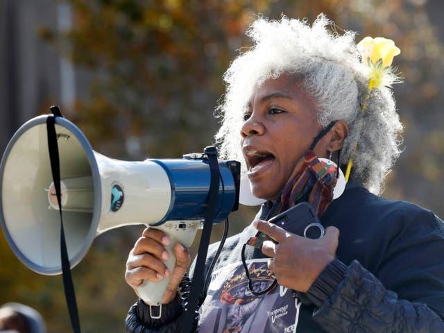 Cariol Horne habla durante la Marcha de Mujeres de WNY el sábado 17 de octubre de 2020 en Buffalo, NY