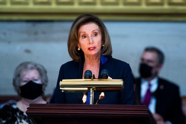 Nancy Pelosi habla durante el servicio para el oficial del Capitolio de los Estados Unidos, William Evans, el 13 de abril de 2021 en Washington, DC.