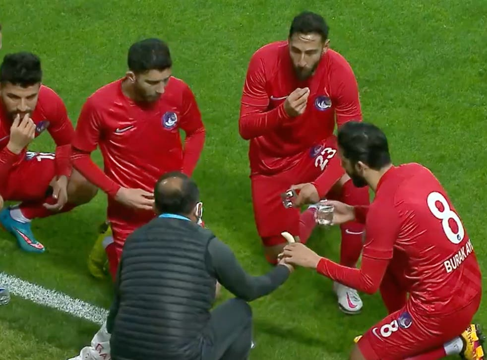 <p>The players were allowed to eat in the 11th minute of the match</p>