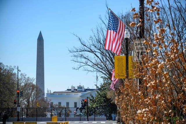 Las barras y estrellas se ciernen sobre Black Lives Matter Plaza en Washington DC, con una estrella adicional que simboliza la ambición de hacer del Distrito de Columbia el estado 51 de los EE. UU.