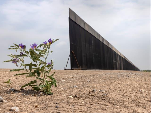 Una parte del muro fronterizo entre Estados Unidos y México permanece inacabada el 14 de abril de 2021 cerca de La Joya, Texas