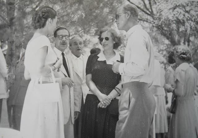 El príncipe Felipe en la finca de Koukouritsa en Corfú en 1951, en conversación con los lugareños Moira Manessi, Angelos Lavranos, Dickie Sordinas e Isabella Sordina