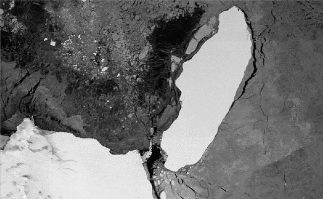 <p>Iceberg A68 calves from the Larsen C ice shelf on 12 July 2017</p>