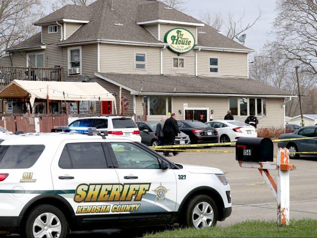 Los funcionarios investigan la escena de un tiroteo mortal en Somers House Tavern en Kenosha, Wisconsin, el domingo 18 de abril de 2021.