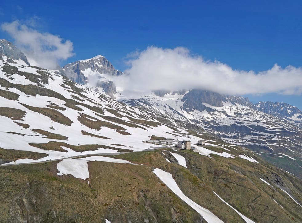 There is a clear trend towards earlier snowmelt at elevations between 1,000 and 2,500 metres. A first few spots at 2,500 metres are already snow-free in April 2020
