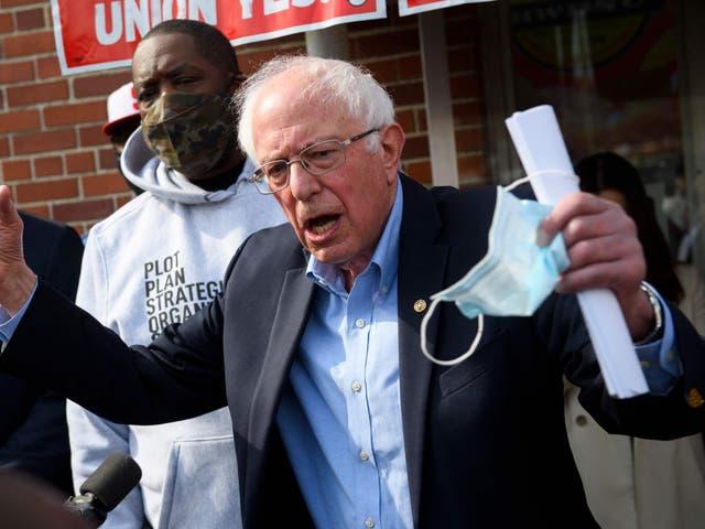 """<p>El senador Bernie Sanders y el rapero Michael """"Killer Mike"""" Render (izquierda) hablan en apoyo de la sindicalización de los trabajadores de los centros logísticos de Amazon.com, Inc. fuera del Sindicato de minoristas, mayoristas y grandes almacenes (RWDSU) en Birmingham, Alabama, el 26 de marzo de 2021</p>"""