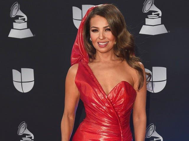 Thalía arriba a la alfombra roja de los Latin Grammy Awards el 14 de Noviembre de 2019 en Las Vegas.