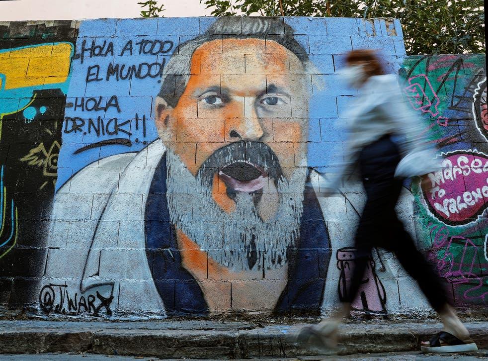 """El cantante español es ridiculizado en un grafiti de Valencia con una referencia de """"Los Simpson"""" gracias a su postura """"negacionista"""""""