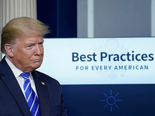 El presidente Donald Trump participa en la sesión informativa diaria del grupo de trabajo sobre el coronavirus en la Casa Blanca el 23 de abril de 2020 en Washington, DC