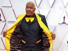 Travon Free viste un traje con los nombres de las víctimas de la brutalidad policial en alfombra roja de los Oscar