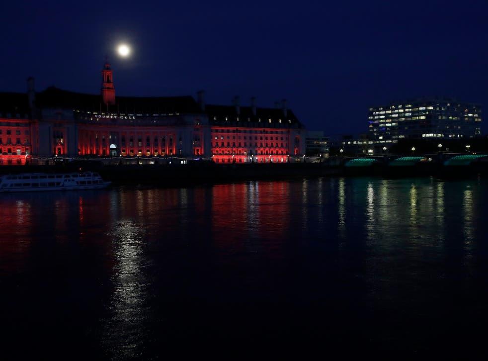 Hëna ngrihet përmes reve mbi County Hall në Londër