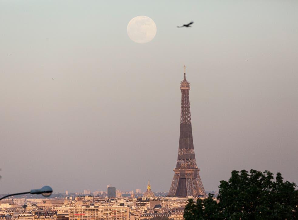 Një super-muaj ngrihet mbi Kullën Eiffel në 26 Prill 2021 në Paris, Francë