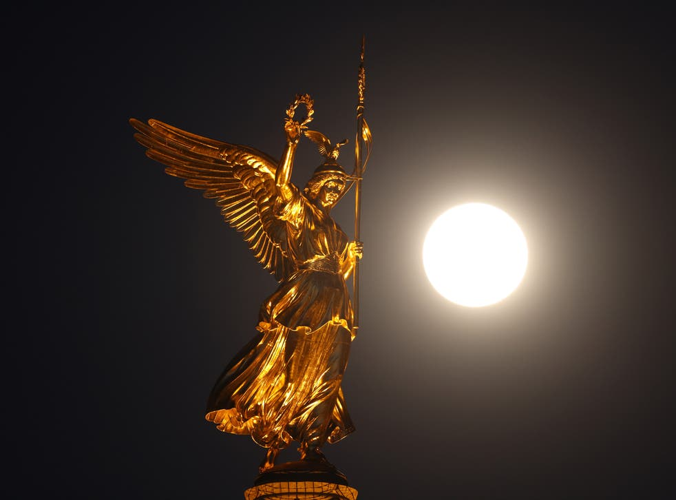 Një supermuaj shkëlqen pranë statujës së Victoria në majë të Shtyllës së Fitores në Berlin, Gjermani