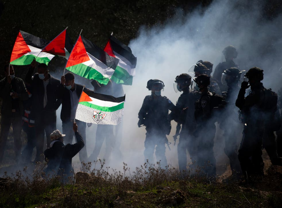 <p>Israeli border police officers and Palestinians clash during a protest against the expansion of Israeli Jewish settlements in the West Bank</p>