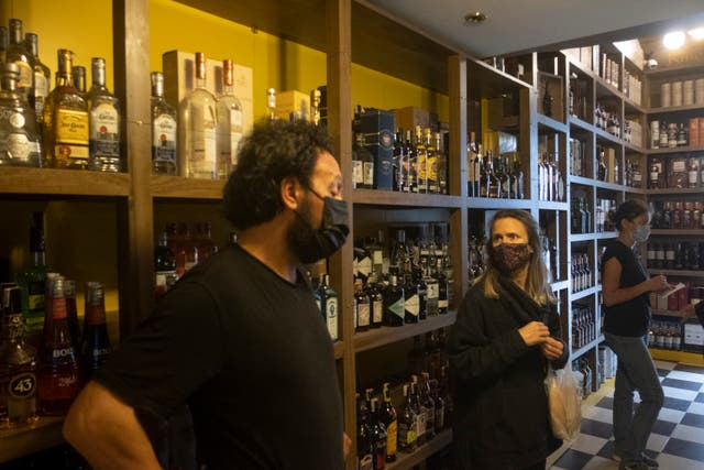 <p>Istanbul customers stock up on alcohol ahead of 17-day lockdown </p>