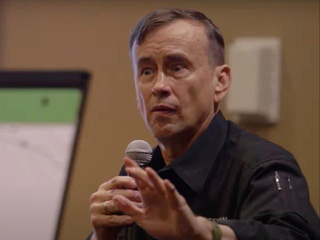 Dave Grossman hablando en un evento