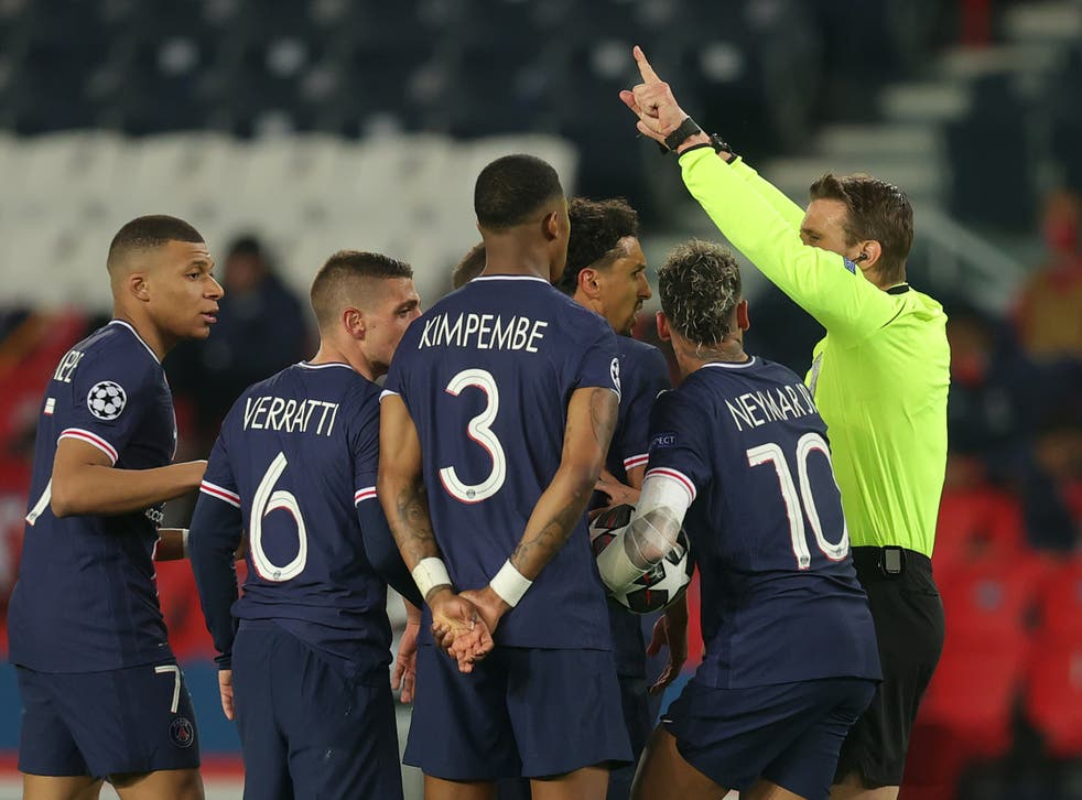 PSG players argue with referee Felix Brych
