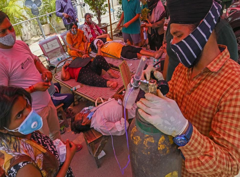 <p>Covid patients are given oxygen  in a roadside tent in Ghaziabad, near New Delhi</p>
