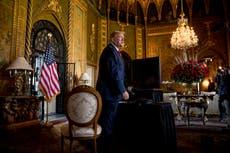Donald Trump ha estado trabajando desde una suite nupcial convertida en Mar-A-Lago, afirman los informes