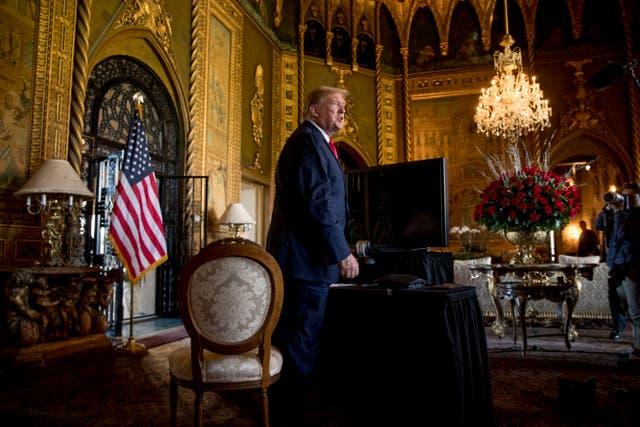 En esta foto de archivo del 24 de diciembre de 2019, el presidente Donald Trump habla con miembros de los medios de comunicación luego de una videoconferencia de Nochebuena.