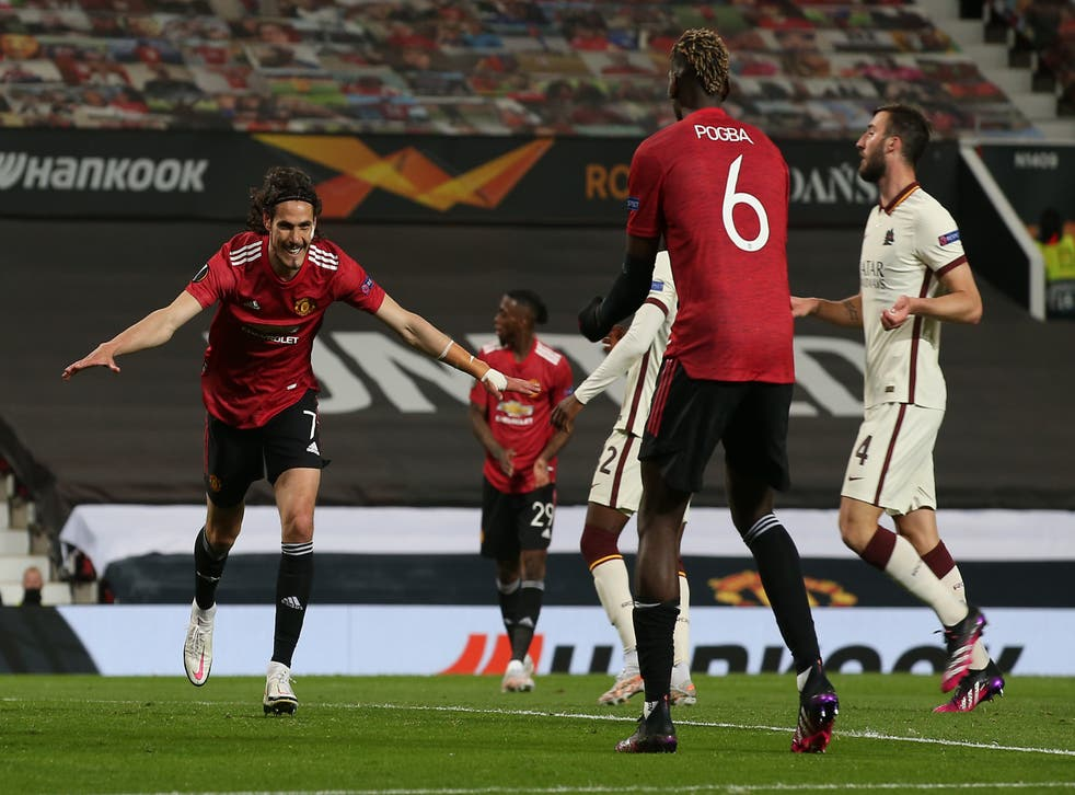 Edinson Cavani of Manchester United celebrates with Paul Pogba