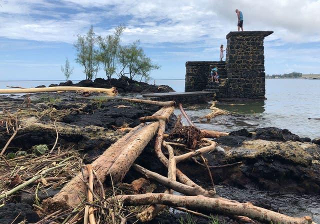 Los restos de árboles destruidos por las inundaciones del huracán Lane en 2018 en Hilo, Hawái. El estado es el primero en declarar una emergencia climática
