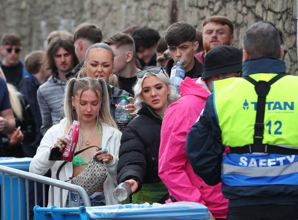 هزاران نفر از باشگاه های بدون ماسک برای اولین اقدام قانونی انگلیس در بیش از یک سال به اسکله های لیورپول فرود آمدند