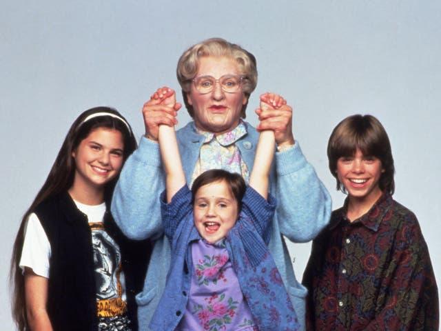 Lisa Jakub, Robin Williams, Mara Wilson y Matthew Lawrence en Mrs Doubtfire de 1993