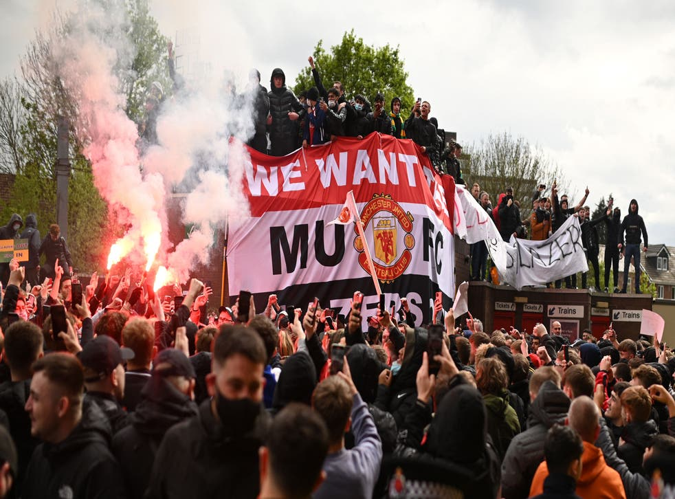 <p>Over 1,000 Manchester United supporters protested outside Old Trafford on Sunday</p>