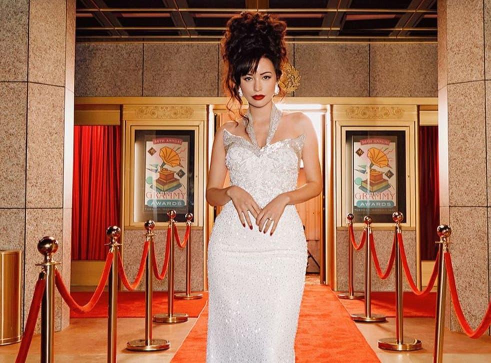 <p>La actriz Christian Serratos durante una escena de <em>Selena: La serie</em> portando una réplica de aquel icónico vestido que lució la Reina del Tex-Mex en la entrega número 36 de los premios Grammy.</p>