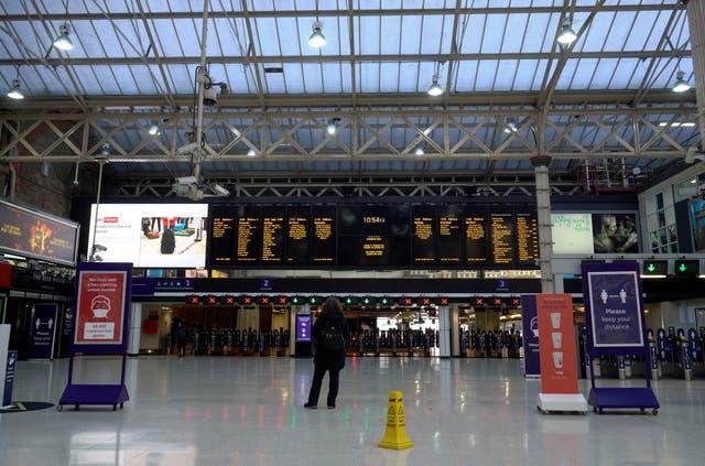 Una foto de archivo de la estación Charing Cross en Londres en diciembre de 2020.