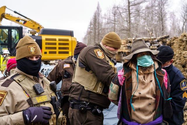 """Los alguaciles del condado de Aitkin arrestan a los """"protectores del agua"""" durante una protesta en el sitio de construcción del oleoducto de la Línea 3 cerca de Palisade, Minnesota, el 9 de enero de 2021."""