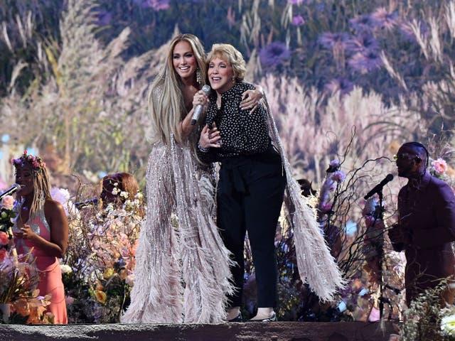 Jennifer Lopez y su madre Guadalupe Rodríguez cantan juntas durante el concierto de recaudación de fondos de Vax Live el 2 de mayo de 2021 en Inglewood, California