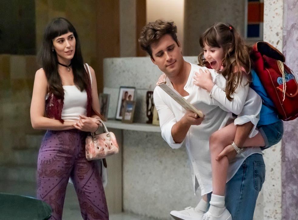 <p>Pilar Santacruz como Sophie, Diego Boneta como Luis Miguel y Valery Sais como la pequeña Michelle Salas durante una escena de <em>Luis Miguel: La serie</em>.</p>