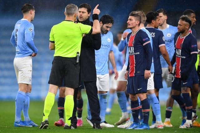 <p>PSG manager Mauricio Pochettino and Marco Verratti spoke to referee Bjorn Kuipers at full-time</p>
