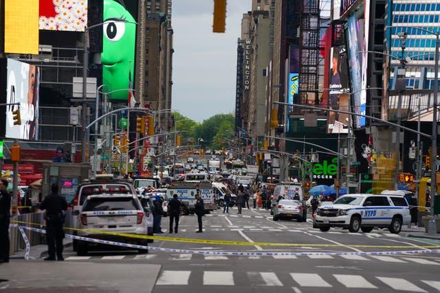 La policía en Times Square el sábado después de los informes de que tres personas, incluido un niño pequeño, resultaron heridas en un tiroteo cerca de West 44th St. y 7th Ave.
