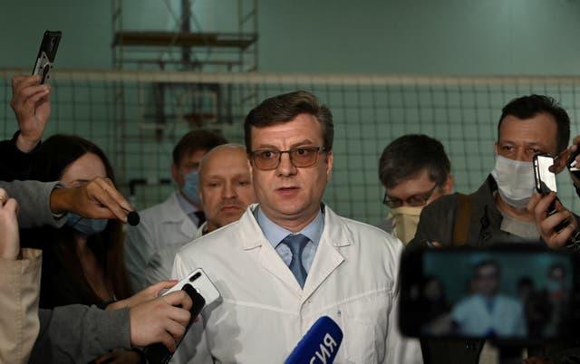 Alexander Murakhovsky, médico jefe de un hospital, donde Alexei recibe tratamiento médico, habla con los medios en Omsk, Rusia, 21 de agosto de 2020
