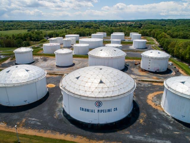 Tanques de combustible en una estación de ruptura Colonial Pipeline en Woodbine, Maryland