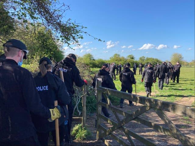 Agentes de policía registran un campo cerca de Ratling Road en Aylesham, Kent, mientras continúa la investigación del asesinato de la PCSO Julia James.