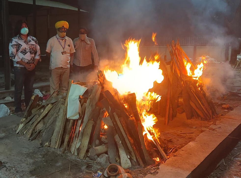 <p>Former Indian politician Jitender Singh (in yellow turban) has helped hundreds of families in Delhi in carrying out cremation of their loved ones who died due to Covid-19 </p>