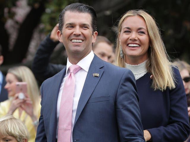Donald Trump Jr. (izquierda) y su ex esposa Vanessa Trump asisten a la 140a reunión anual de huevos de Pascua con sus cinco hijos en el jardín sur de la Casa Blanca el 2 de abril de 2018 en Washington, DC.