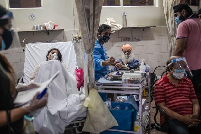 El personal médico atiende a los pacientes positivos al Covid-19 en la sala de emergencias del hospital Holy Family, Delhi. Se han informado casos de infecciones por hongos negros en toda la India